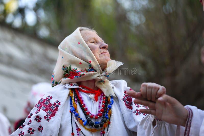 Бабушка нося национальные одежды стоковые фото