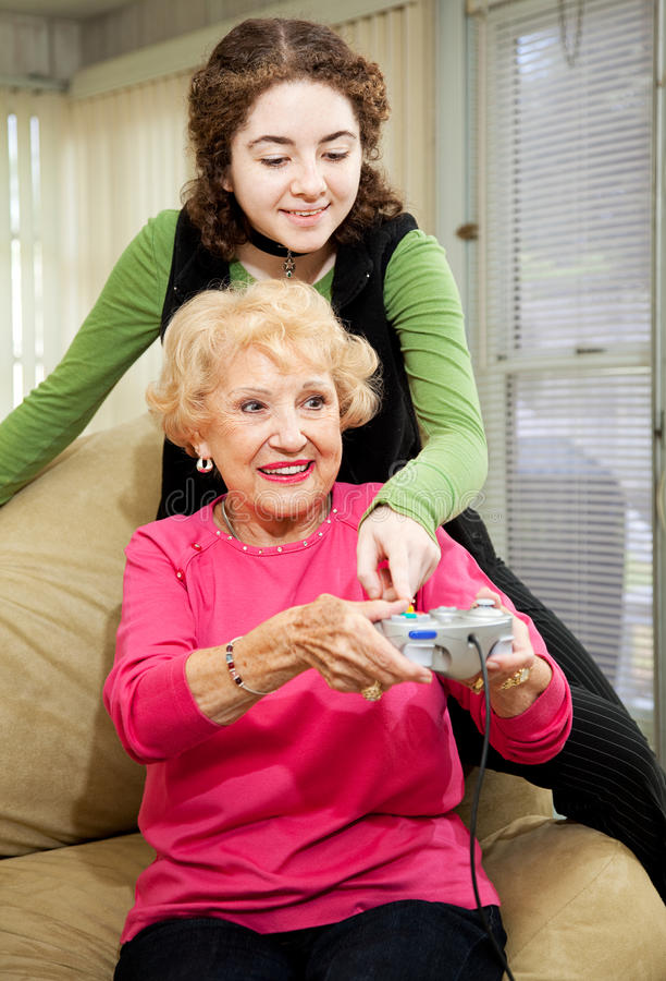бабушка помогает предназначенный для подростков стоковое фото rf