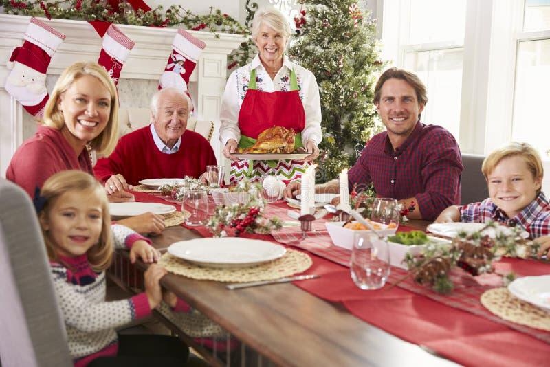 Бабушка принося вне Турцию на еду рождества семьи стоковая фотография