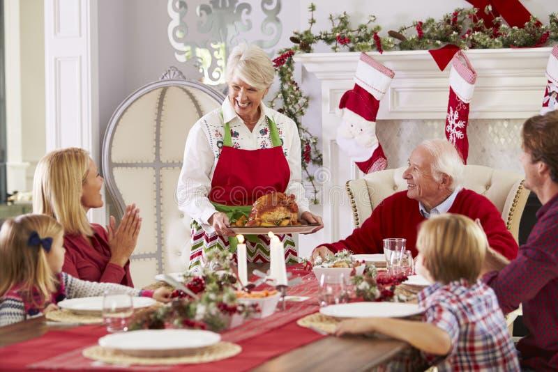 Бабушка принося вне Турцию на еду рождества семьи стоковое фото rf