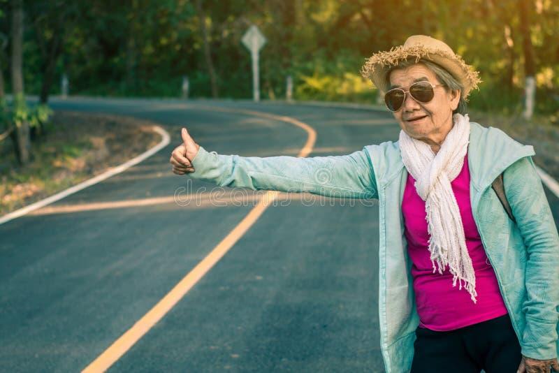 Бабушка развевала автомобиль стоковое изображение rf