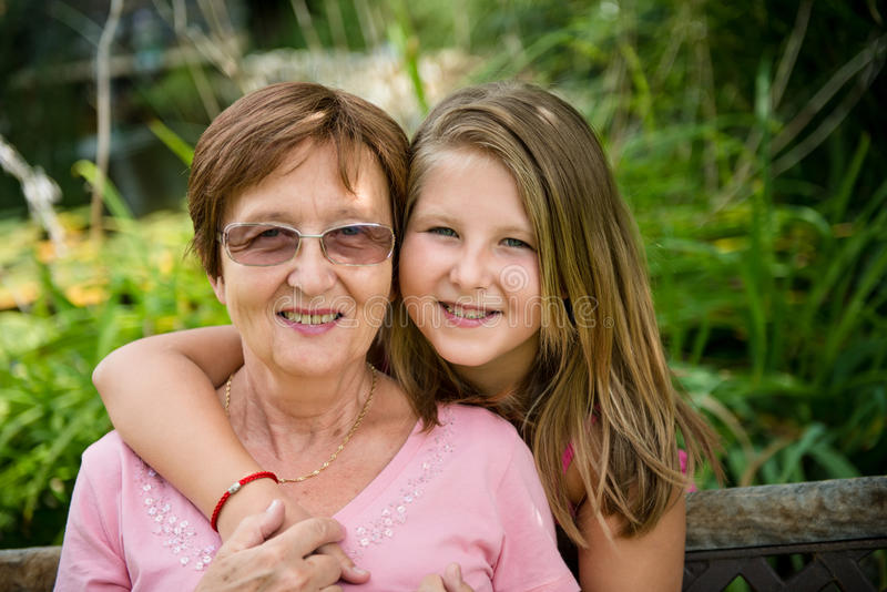 Бабушка с внучат стоковые фото