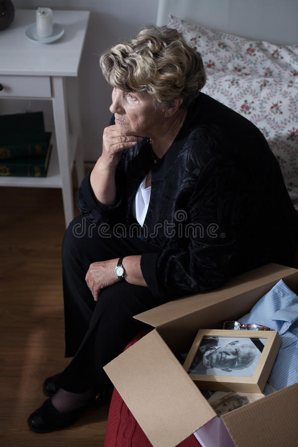 Бабушка с коробкой keepsakes стоковое фото