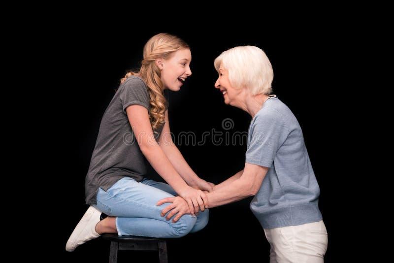 Бабушка с подростковой внучкой стоковые фотографии rf