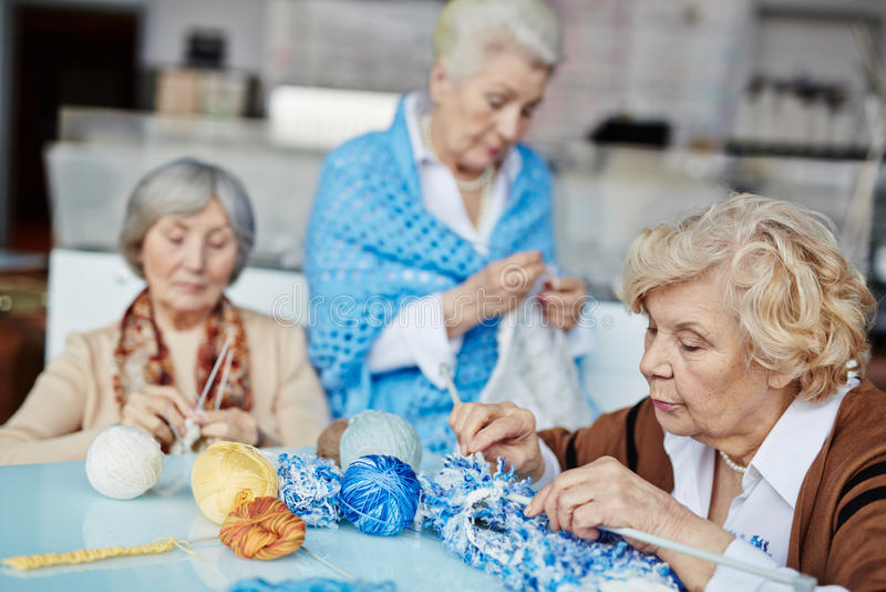 Бабушки вязать подарки на рождество стоковое фото rf