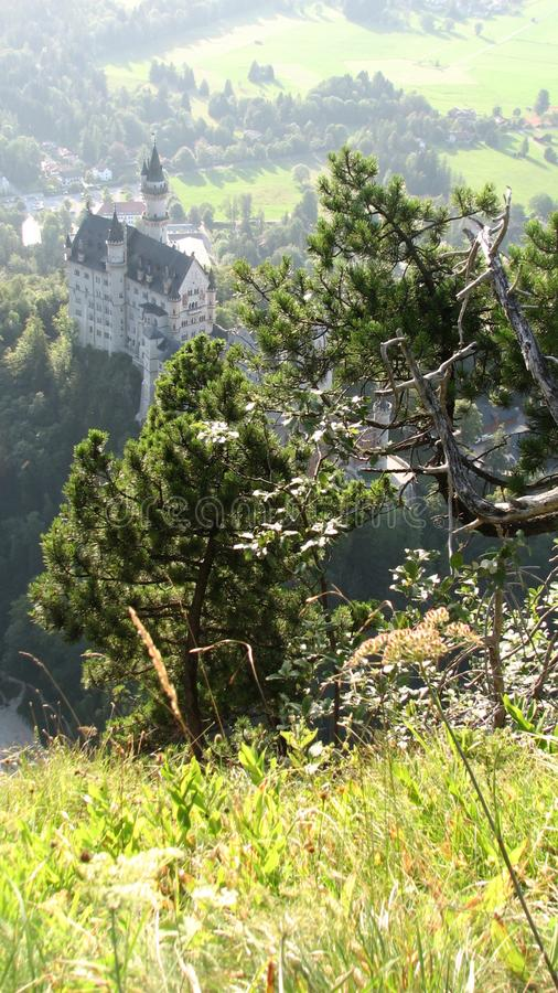 Бавария заполнена с зелеными холмами, горами, и замками стоковое изображение rf