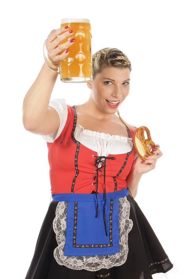Баварская женщина держа стекло пива стоковое изображение rf