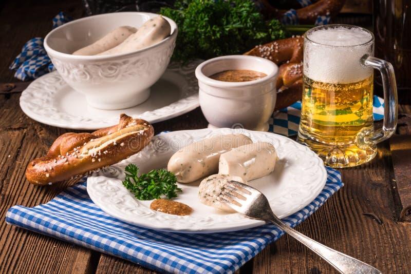 Баварская сосиска с кренделем, сладостным мустардом стоковые фото