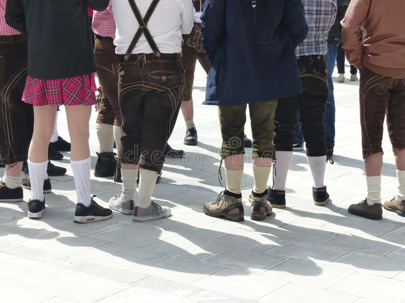 Баварские молодые люди одетые с традиционными кожаными брюками к Мюнхену, Германии стоковое изображение