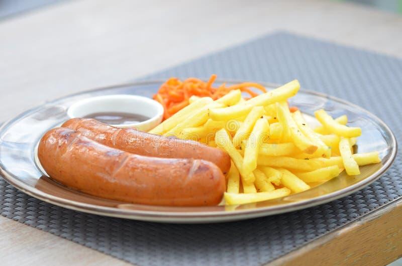 Download Баварские сосиски зажарили с фраями, морковами в корейце и соусом Стоковое Фото - изображение насчитывающей соус, зажжено: 40581946