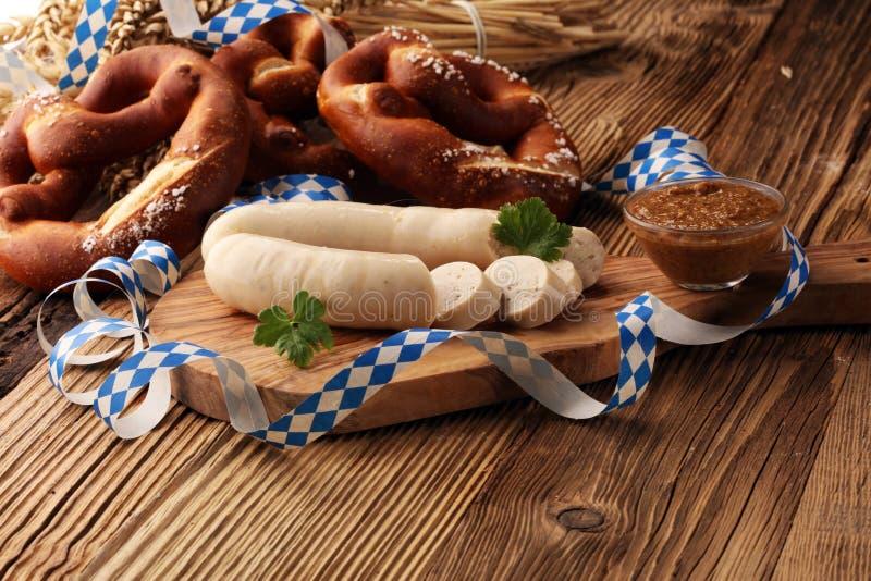 Баварский завтрак сосиски телятины с сосисками, мягким кренделем и стоковые фотографии rf