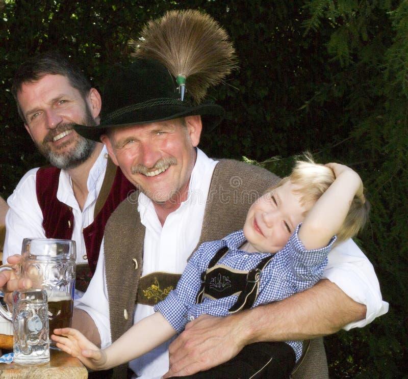 2 баварских люд и мальчик стоковое фото