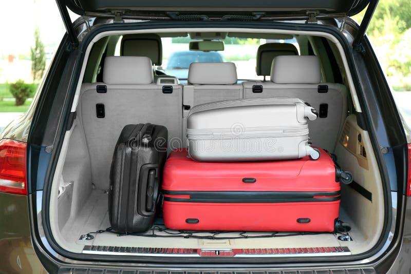 Багажник автомобиля с багажем стоковые фото