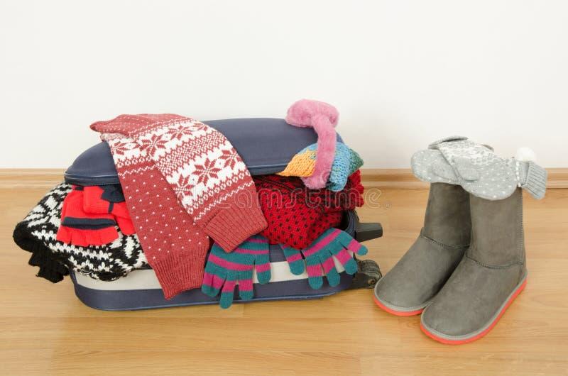 Багаж зимы Чемодан вполне вянет одежды стоковое фото rf