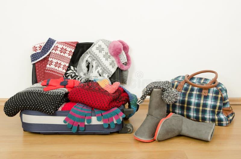 Багаж зимы Чемодан вполне вянет одежды стоковая фотография