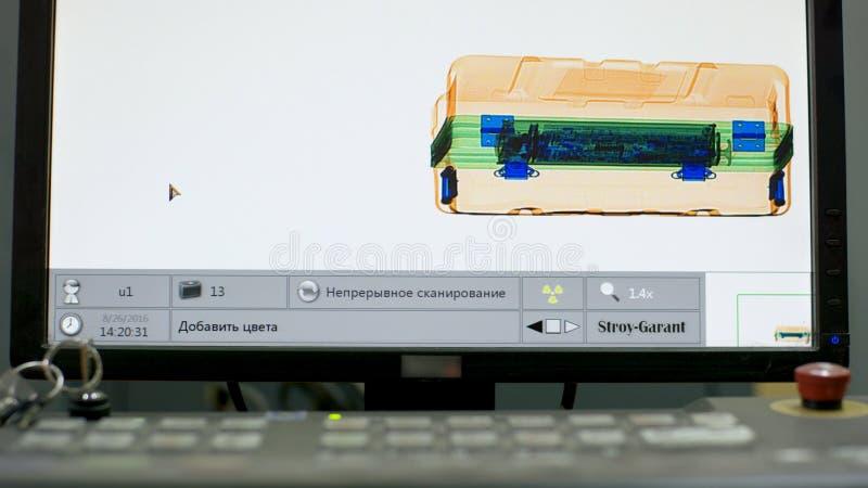 Багаж под рентгеновским снимком проверка багажа на авиапорте проверка багажа на авиапорте Блок развертки и металл рентгеновского  стоковая фотография rf