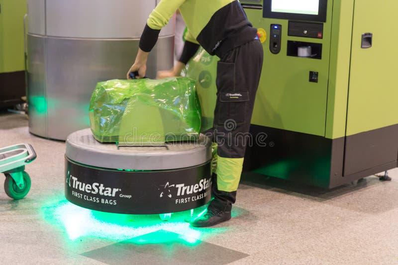 Багаж создавая программу-оболочку обслуживание в аэропорте Sheremetyevo в Москве, России стоковая фотография