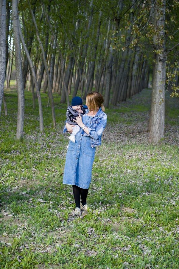багги ребёнка заволакивает солнце illusytration стоковая фотография