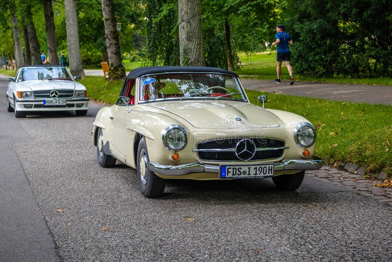 БАДЕН БАДЕН, ГЕРМАНИЯ - ИЮЛЬ 2019 ГОДА: beige ivory white MERCEDES-BENZ 190 SL roadster cabrio 1955 1963, стартаймер встреча в Ку стоковое изображение