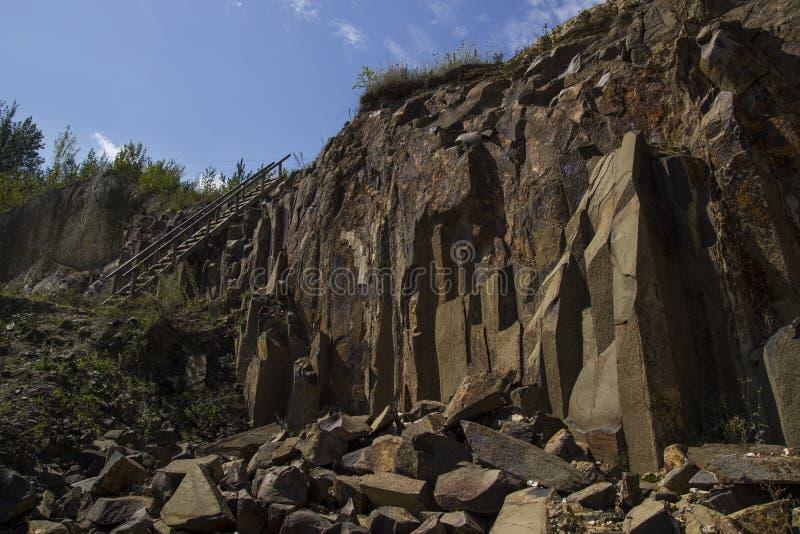 Базальт для строить Карьера базальта Штендеры базальта Каменная раскопк Тяжелая индустрия стоковые фото