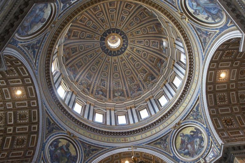 базилика внутри святой peter s стоковые фотографии rf