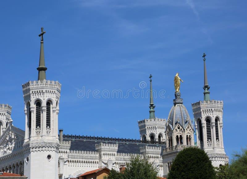 базилика вызвала Нотр-Дам de fourviere с колокольнями в Лионе стоковое фото rf