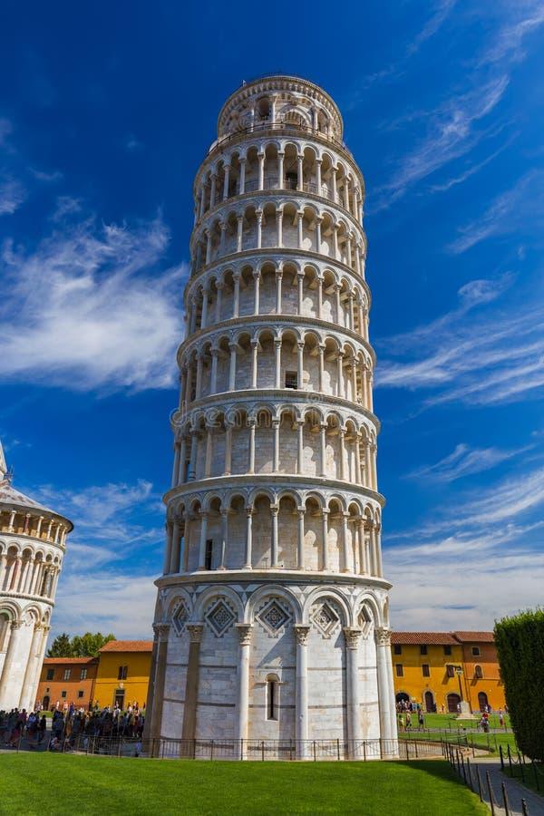Базилика и башня склонности в Пизе Италии стоковая фотография