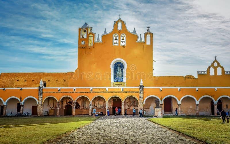 Базилика монастыря Сан Антонио de Падуи, Izamal, Мексики стоковые изображения rf