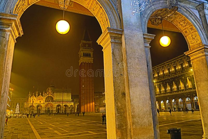 Базилика di Сан Marco на аркаде di Сан Marco ночью Венецией, Италией стоковые изображения