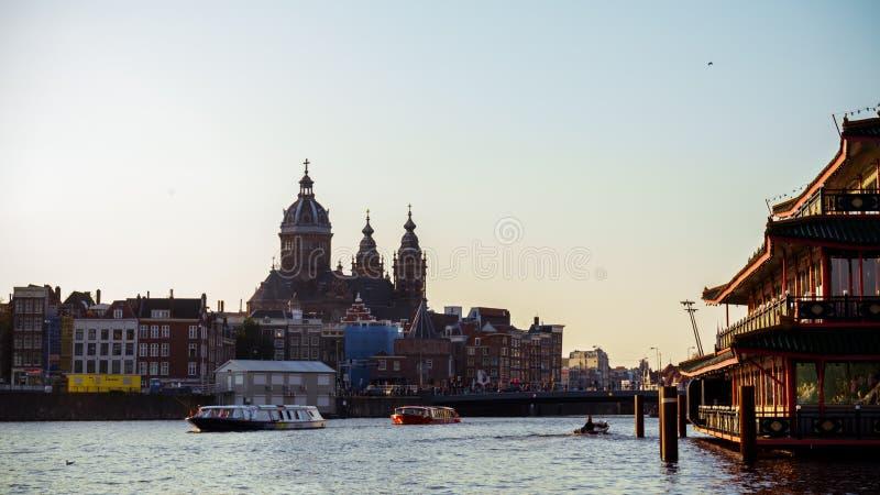 Базилика St Nicholas главная католическая церковь в старом разбивочном районе и типичных голландских домах и шлюпках путешествия, стоковое изображение rf