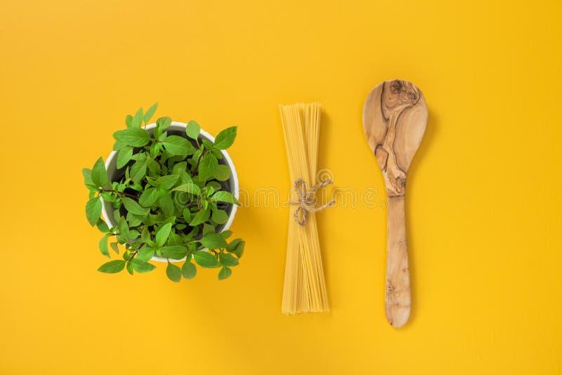 Базилик, макаронные изделия и деревянная ложка стоковое изображение rf