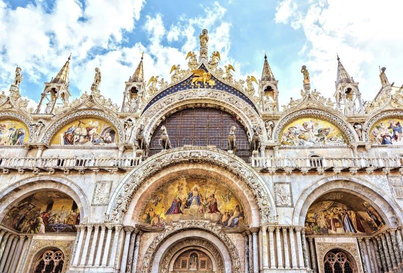 Базилика Венеция ` s St Marc, Италия Шикарный западный фасад символа собора ` s St Mark богатства и силы стоковое фото