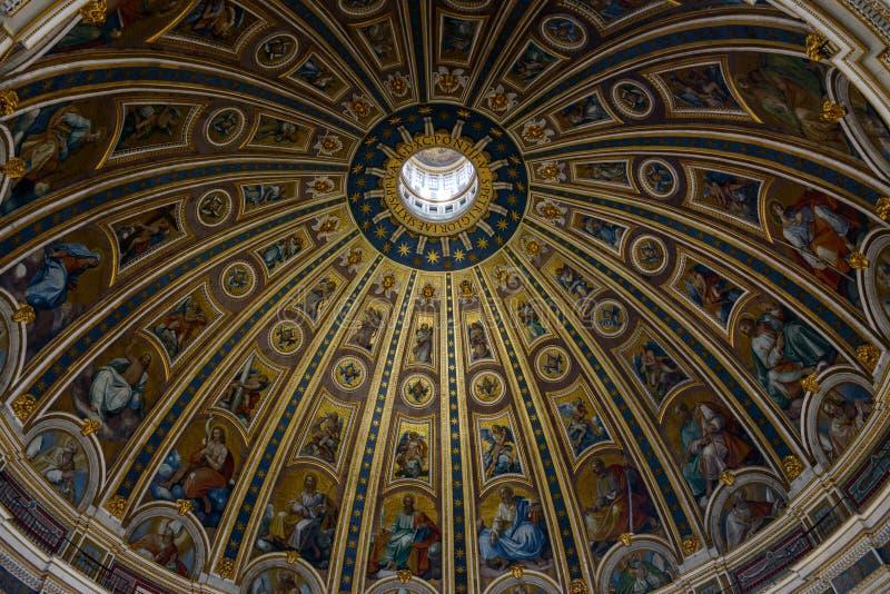 Базилика ` s St Peter, купол от внутренности, Рима, Ватикана, Италии стоковое фото rf