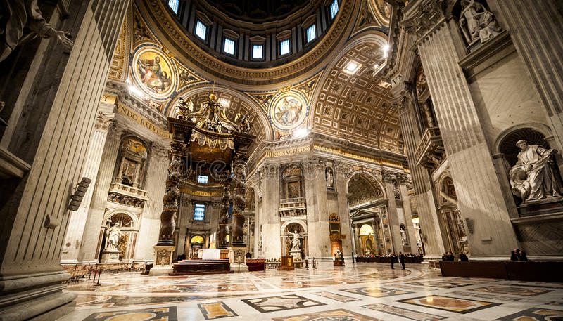 Базилика St Peter в Ватикане внутрь стоковая фотография