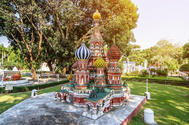 Базилик St в мини парке Сиама статуя стилизованный Таиланд Сиама парка огромного входного сигнала божества миниая там стоковое изображение