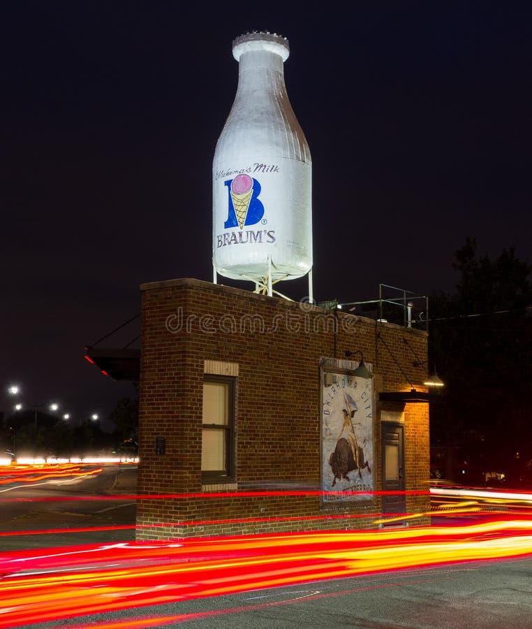 Бакалея бутылки молока Braum Маршрут 66 стоковое фото rf