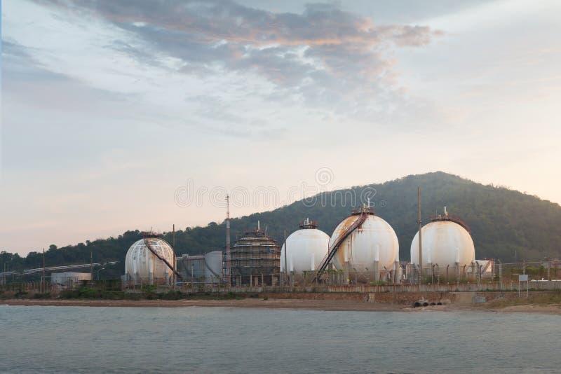 Баки для хранения природного газа стоковые изображения
