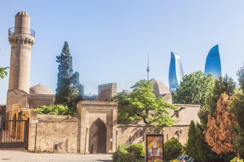 Баку, Азербайджан - 2-ое июня 2019: Башни пламени Баку самый высокорослый небоскреб в Баку, туризме в Азербайджане Старый город стоковое изображение rf