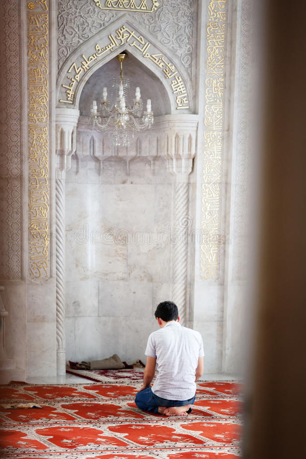 БАКУ, АЗЕРБАЙДЖАН - 17-ое июля 2015: Неопознанный мусульманский человек молит в мечети Juma стоковые изображения