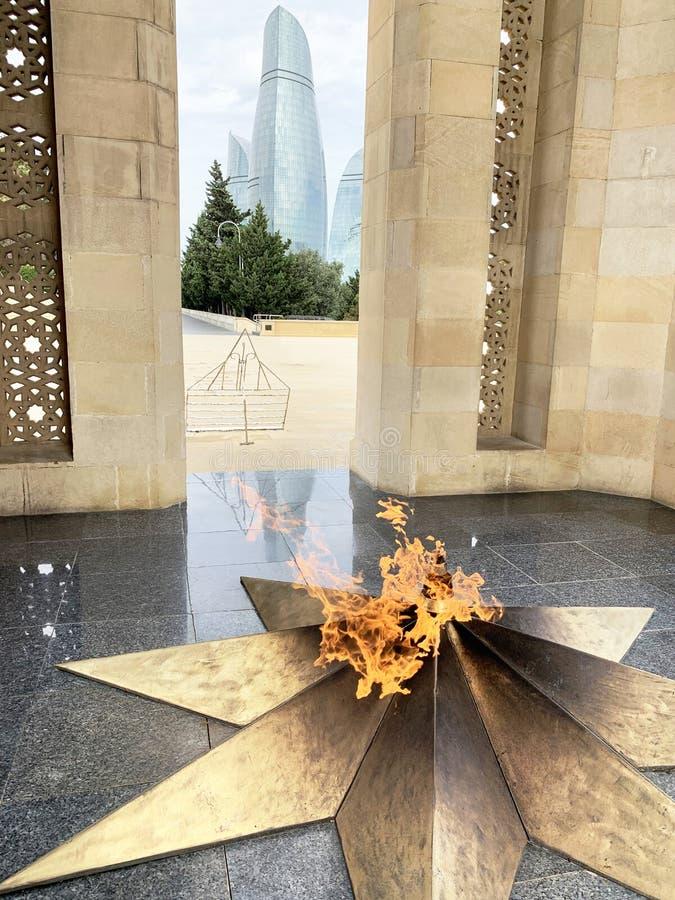 Баку, Азербайджан, 9 сентября 2019 года Вечный пламя в мемориальном парке Шахидлер Сябани, Мученическая улочка, посвящённое павши стоковое фото rf