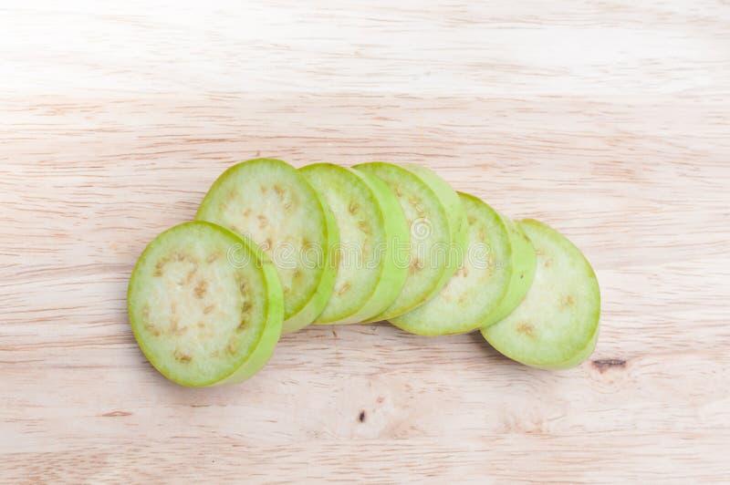 Баклажан зеленого цвета resh отрезанный на деревянной доске стоковые изображения