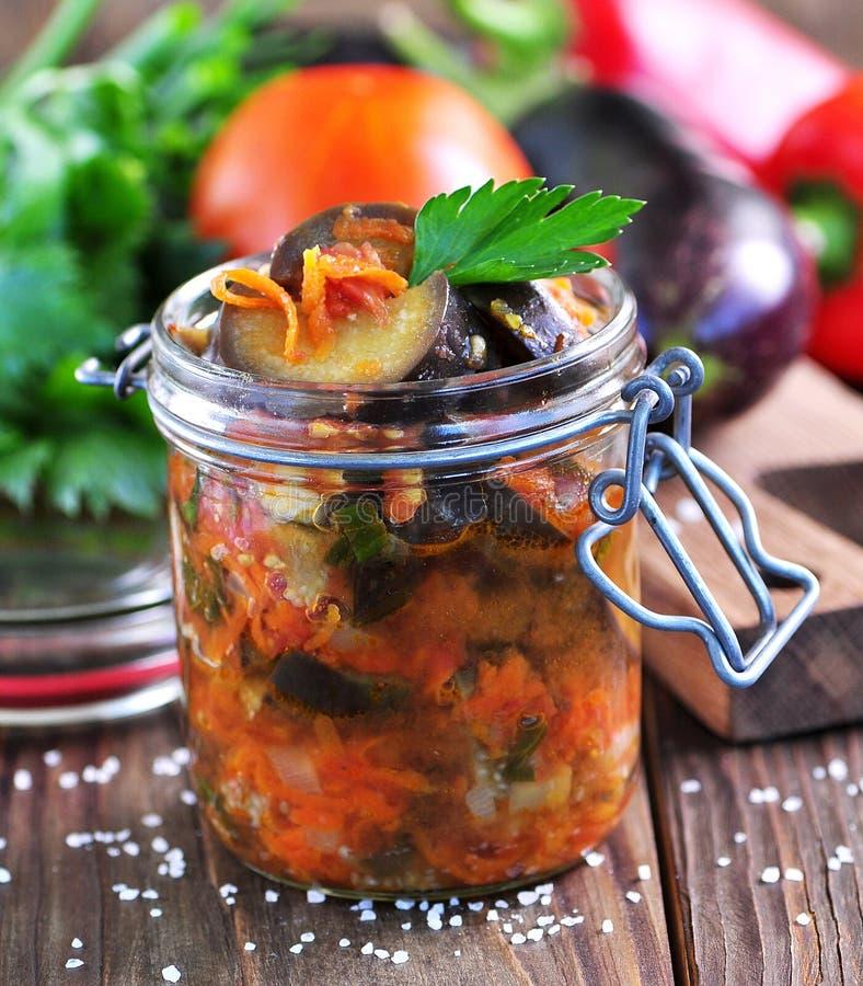 Баклажан потушил с луками, морковами, томатами, чесноком и сельдереем стоковое изображение rf