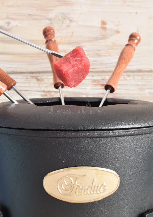 Бак и вилка фондю с сырцовой едой стоковое изображение