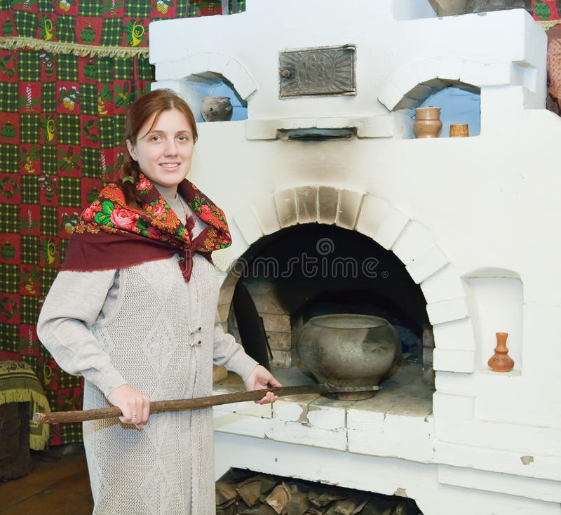 бак кладет русскую женщину печки стоковые фото