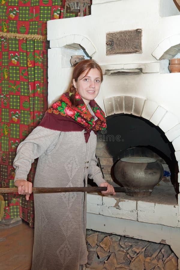 бак кладет русскую женщину печки стоковое фото