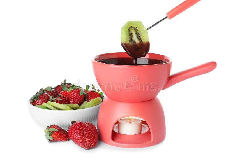 Бак фондю с изолированными шоколадом, ягодами и плодами стоковое фото