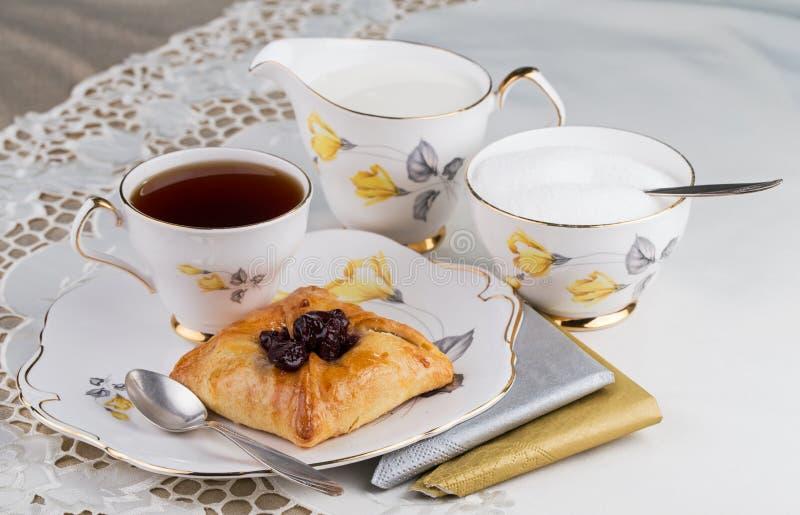 Бак чая и торт на tableware фарфора стоковые фото