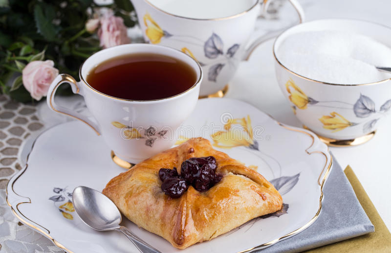 Бак чая и торт на tableware фарфора стоковое изображение rf