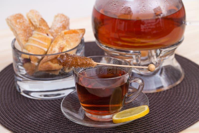 Бак чая и чашка чаю с лимоном стоковое изображение rf