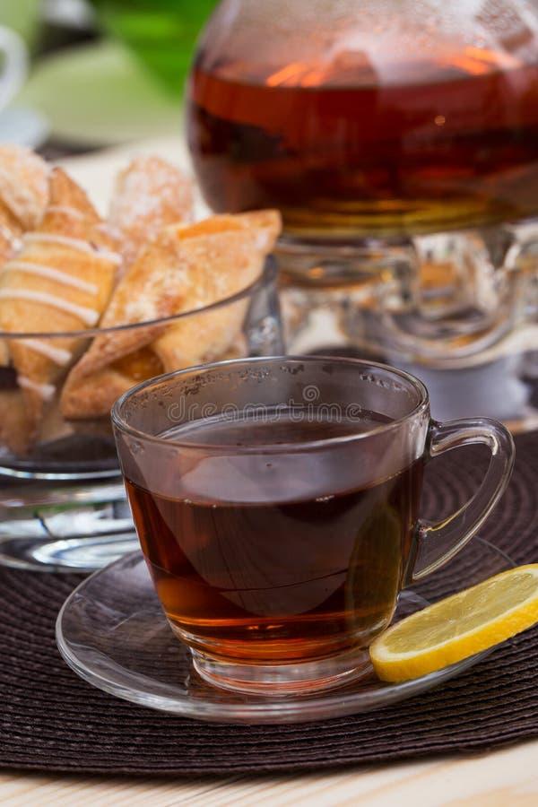 Бак чая и чашка чаю с лимоном стоковые изображения rf